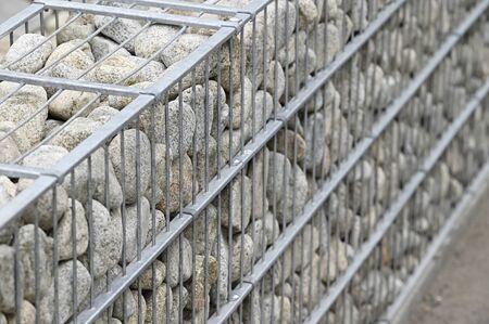 Dekorative Steine in einer niedrigen Mauer.