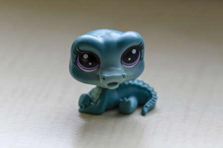 A small plastic figurine of a blue crocodile. Banco de Imagens