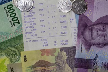 トップビューお金を支出し、支払いは硬貨、紙幣、レシート用紙で図示