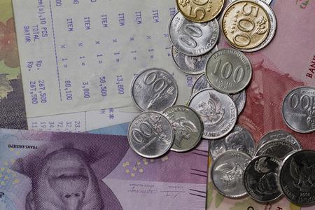 横のトップビューお金を費やし、支払いは硬貨、紙幣、レシート用紙で図示のフラットな横たわっ 写真素材