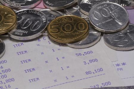 お金とお支払いはコイン、銀行券、レシート用紙をクローズアップで示しています 写真素材