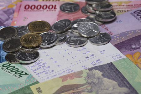 お金と支払いを硬貨、紙幣、レシート用紙で示す 写真素材