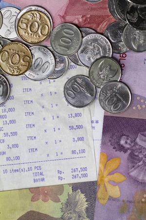 硬貨、紙幣、レシート用紙、トップビューフラットレイを使ってお金と支払いを過ごすのイラスト 写真素材