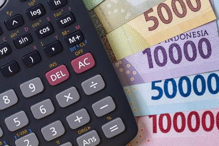 トップ ビューお金と紙幣と電卓で示されて支払い計算のフラット レイアウト