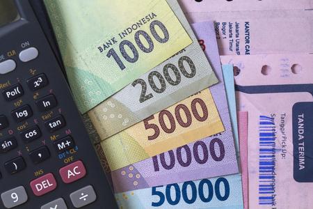 トップビュー支出のお金と支払いの計算のフラットなレイレシート、紙幣、および電卓で示されています