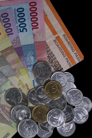 上のビューお金を使うためのイラストのフラットなレイアウトと旅行のための支払い、孤立した黒の搭乗券