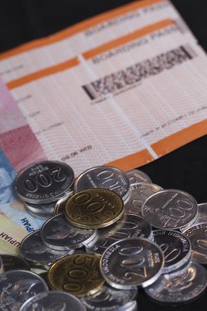 休日や旅行のための支払いのためのお金を使うためのイラスト、コインお金に焦点を当てた孤立したブラックの搭乗券