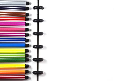 ビジネステンプレート用のカラーペン付きのトップビュー白い空白のスケッチブック 写真素材