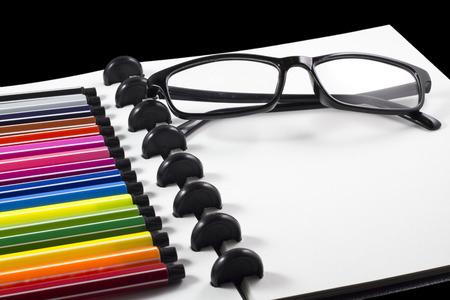 ビジネステンプレート用のカラーペン付きの白い空白のスケッチブック 写真素材