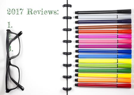 2017 カラーペンと眼鏡、トップビューフラットレイと白いスケッチブック上のテキストをレビュー 写真素材