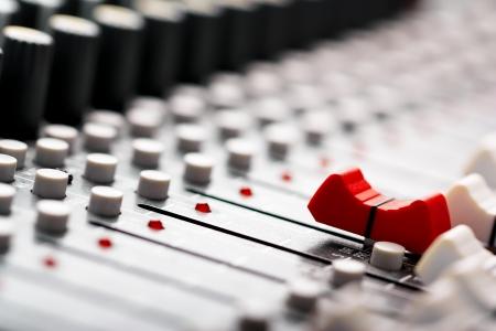 mezclador: Mezclador de sonido, rojo delante del fader Foto de archivo