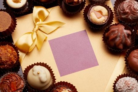 cioccolato natale: Caramelle vicino a una scheda di festa Archivio Fotografico