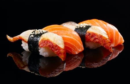 Sushi auf schwarzem Hintergrund gesetzt Standard-Bild - 16183178