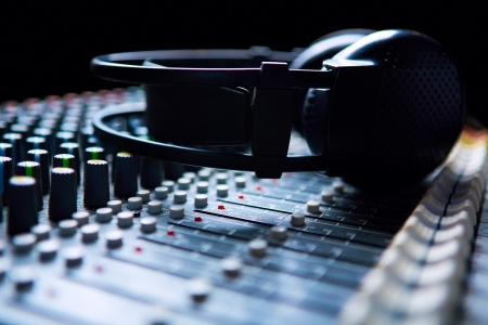 Headpnones auf Soundmixer Standard-Bild - 17260385