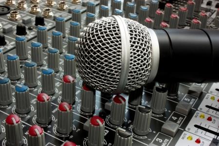Professionelle Gesangsmikrofon am Mischpult Bord Standard-Bild - 17260350
