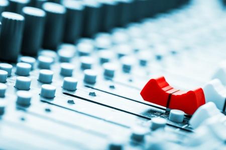 Sound-Mixer, rot Fader vor Standard-Bild - 19940954
