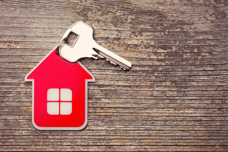 puerta: Clave y Red House en el fondo de madera Foto de archivo