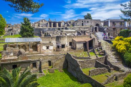 Panoramablick auf die antike Stadt Pompeji mit Häusern und Straßen. Pompeji ist eine alte römische Stadt, die im 1. Jahrhundert durch den Ausbruch des Vesuvs ums Leben kam. Neapel, Italien.
