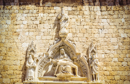 Portal with statues of saints of Franciscan Church and Monastery situated at Placa,  main street of Dubrovnik, Croatia. 免版税图像