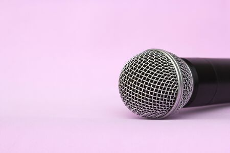 Vocal silver microphone wireless for audio recordings, karaoke on pink background Stockfoto