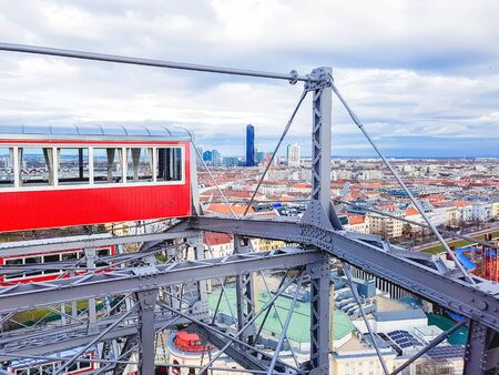 Panoramic view of Vienna and red retro cab from height ferris wheel in Prater Amusement Park, Vienna, Austria Stockfoto
