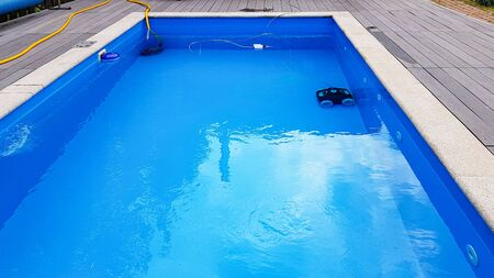 Swimming pool cleaner robot during vacuum service, maintenance. Banque d'images