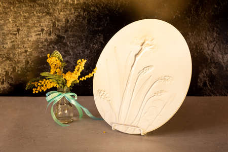Stylish living room interior with botanical bas-relief spring flowers daffodils for wall art and flowers mimosa in vase. 3D Flower plaster decor. Modern and luxury interior of room 版權商用圖片