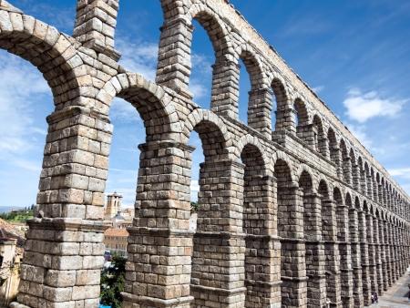 Римский акведук в Сеговии Фото со стока
