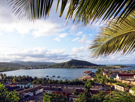Баракоа, Куба - вид на город и море Фото со стока