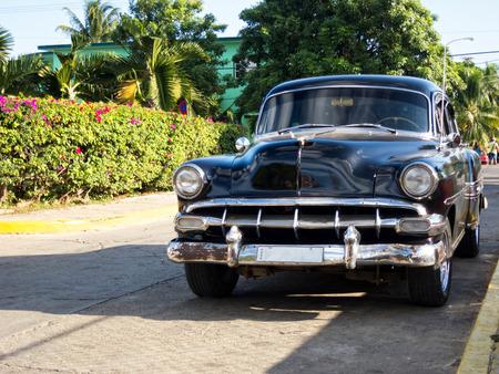 Старый автомобиль на улице Кубы Фото со стока