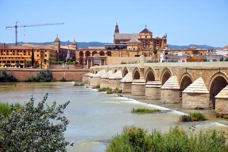 templo romano: Puente Romano en Córdoba Foto de archivo
