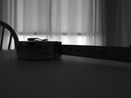 テーブルの上のテープ メジャーのシルエット 写真素材 - 845165