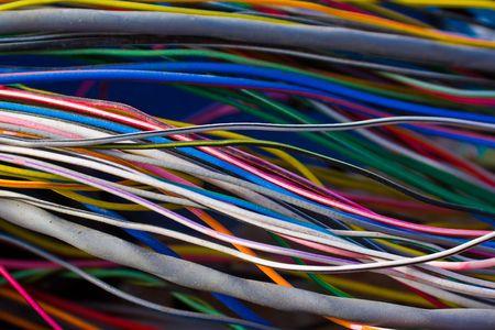 revoltijo: Un revoltijo de cables de m�ltiples colores de un coche