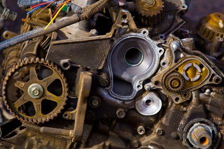 junkyard: Los engranajes dentro de un motor de un coche en un junkyard