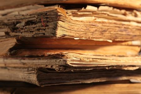 oude krant: Een stapel oude vergeelde boeken close-up