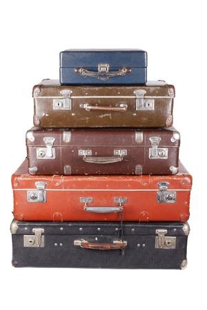 maleta: Una pila de maletas viejas aislados en un fondo blanco Foto de archivo