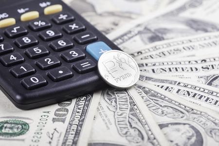 bolsa de valores: calculadora de negro y rublo moneda en el fondo de dólares americanos Foto de archivo