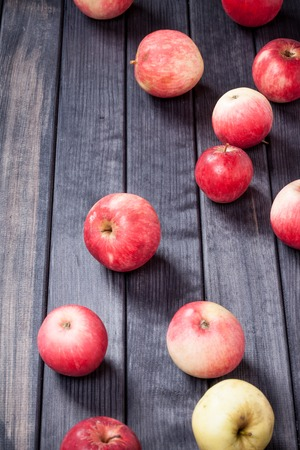 red apples on wooden table top view Imagens