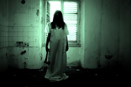 Horror escena de una mujer asustadiza Foto de archivo
