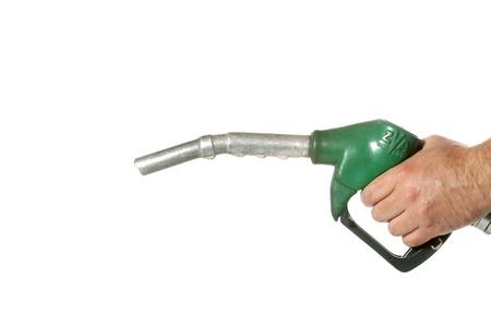 白で隔離される緑のポンプを持つ男性の手