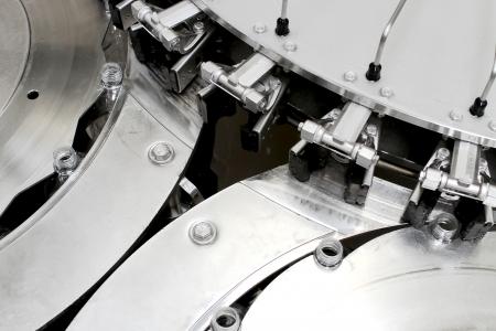 asamblea: parte de la m�quina industrial para las botellas de lavado de cerca Foto de archivo