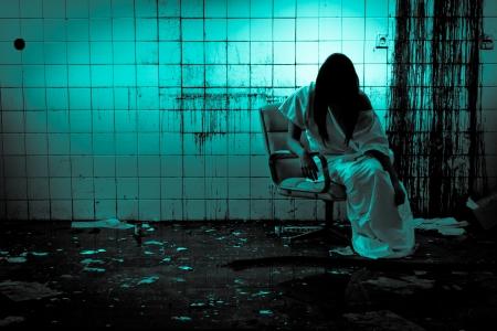 Horror escena de una mujer de miedo Foto de archivo