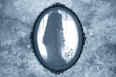 spiegels: spook in de spiegel Stockfoto