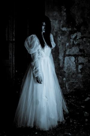 Horror Scene von einem Scary Woman - Braut Standard-Bild - 15675753