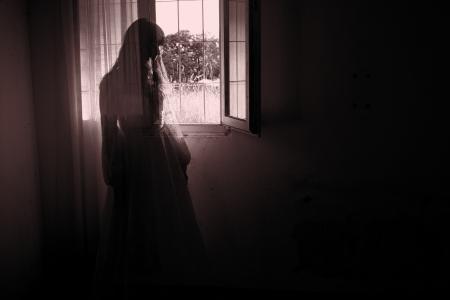 ウェディング ドレスの不気味な女性の恐怖シーン