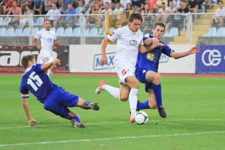 リエカ、クロアチア - 2012 年 7 月 27 日: 不明なサッカーで選手が一致して NK ザダル (ブルー) 2012 年 7 月 27 日にクロアチア、リエカ対 NK リエカ (ホワ