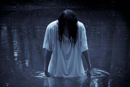Scène horror - de vrouw in het moeras Stockfoto - 21090118