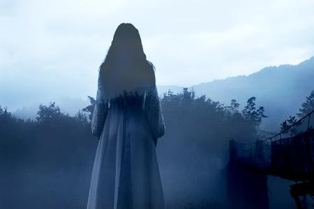 Geheimnisvolle Frau im weißen Kleid