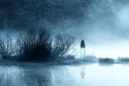 Geheimnisvolle Frau im Nebel Standard-Bild - 30492678