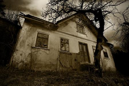 古い不気味な家の恐怖シーン